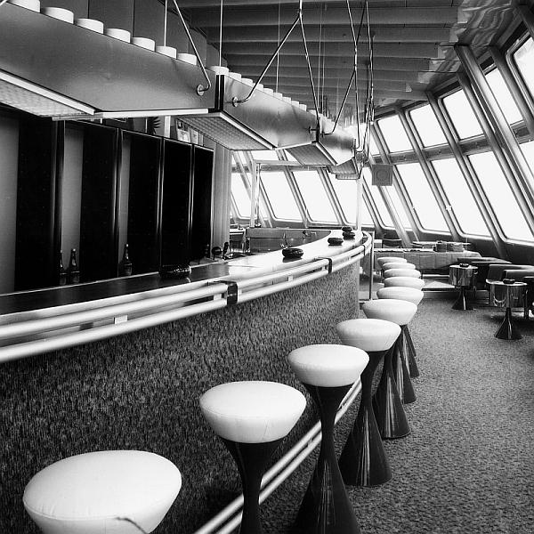 Interiér baru horského hotelu Ještěd v původním stavu. Snímek z archivu Otakara Binara.